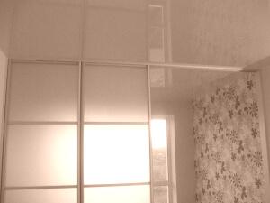 Одноцветные глянцевые натяжные потолки в квартире