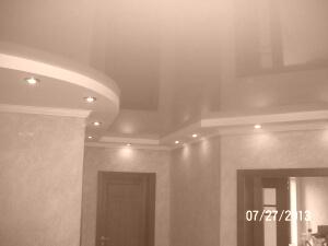 Глянцевые натяжные потолки бежевого цвета