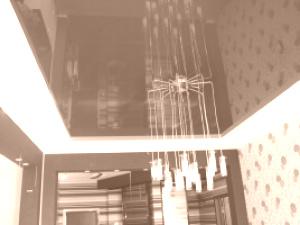 Глянцевые натяжные потолки темного цвета