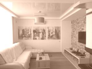 Бежевые глянцевые натяжные потолки в комнате